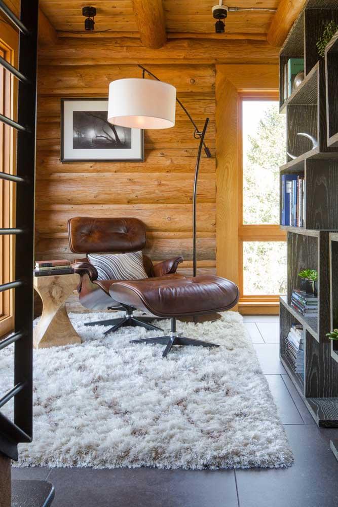 O tapete macio e felpudo é um convite à leitura nesse espaço