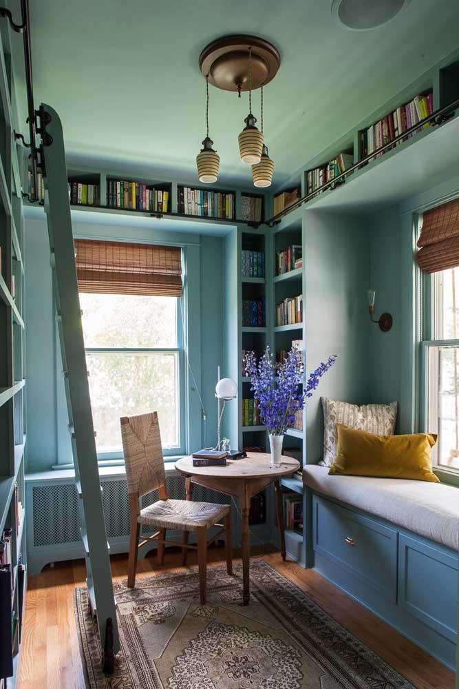 A ideia do cantinho da leitura foi levada tão a serio aqui que os livros ocupam todas as paredes e para chegar até eles usa-se uma escada; destaque especial para o sofazinho charmoso junto à janela