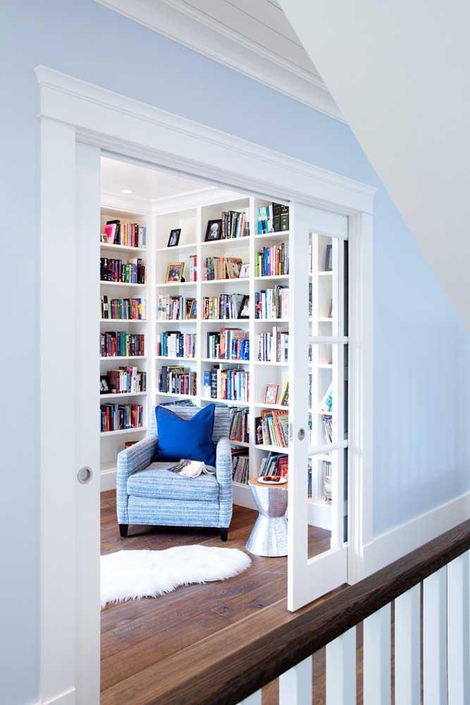 Um cômodo da casa dedicado só para leitura; as estantes cheias de livros são um oásis para os apaixonados por leitura