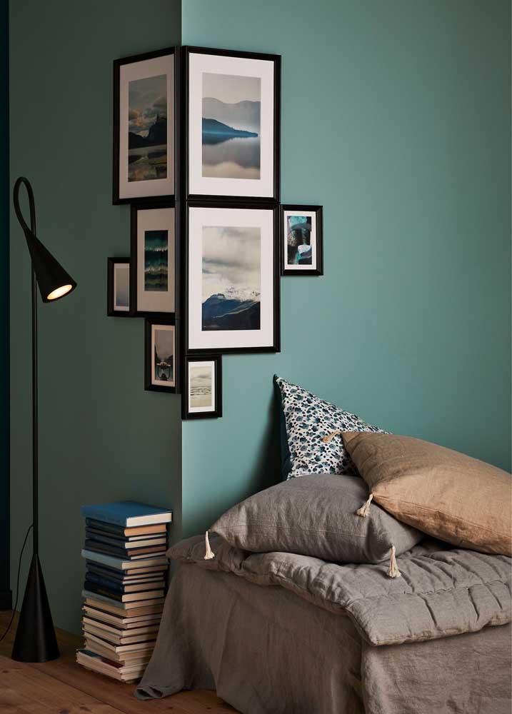 Livros no chão e quadros na parede: esse cantinho da leitura se resolve assim