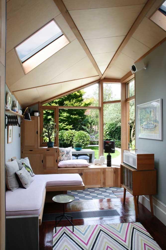 A vista para a área externa da casa também ajuda a relaxar entre uma passada e outra de página