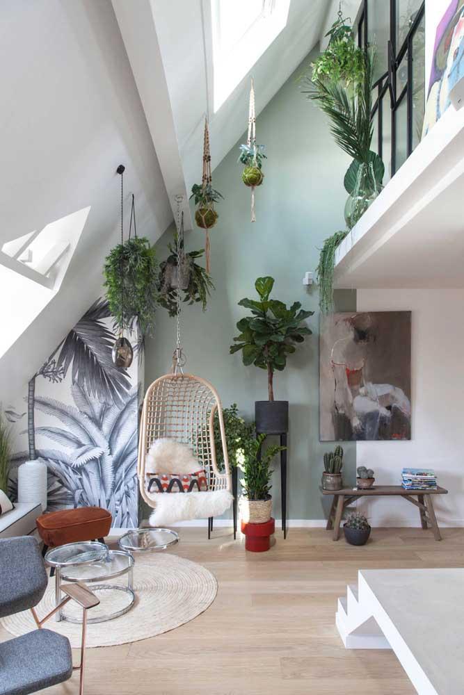 Um balanço suspenso e muitas plantas para criar o clima perfeito para o cantinho da leitura