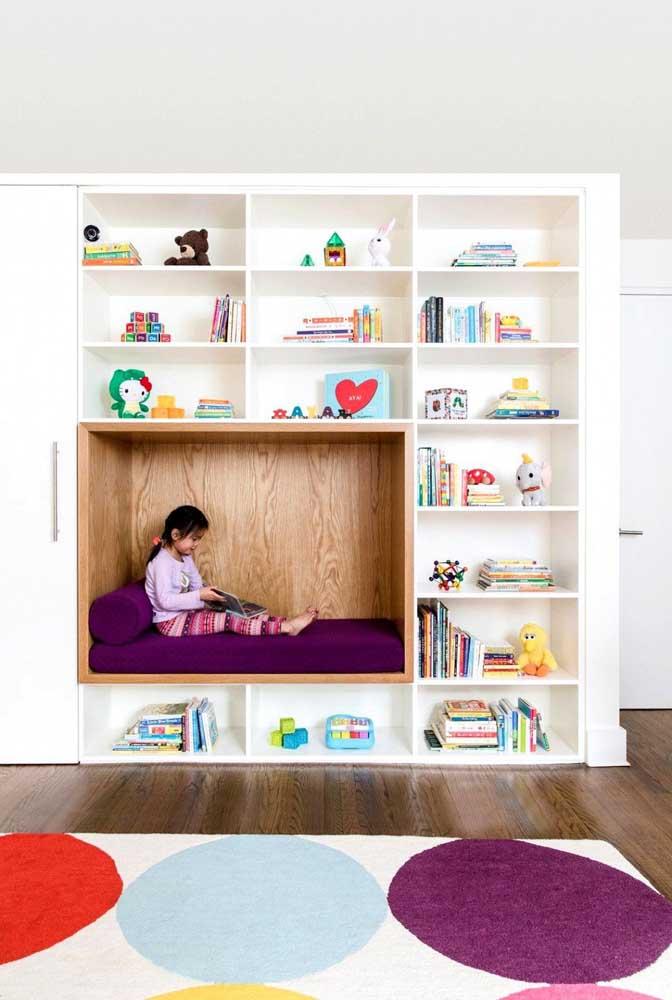 Nicho embutido na parede virou o cantinho da leitura perfeito para o quarto infantil