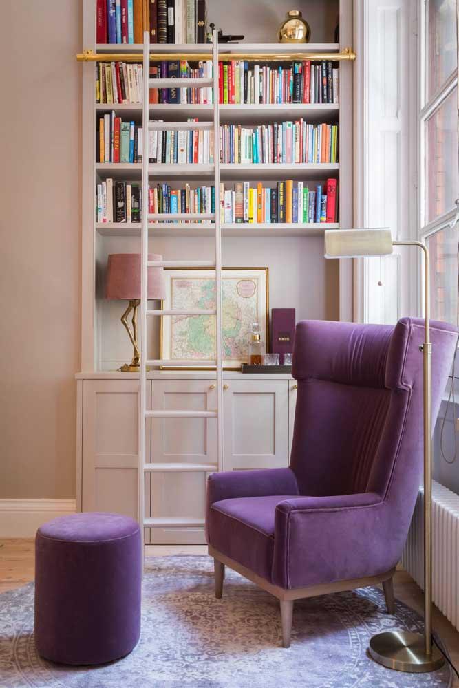 Um toque de glamour e sofisticação para o cantinho da leitura com a poltrona roxa
