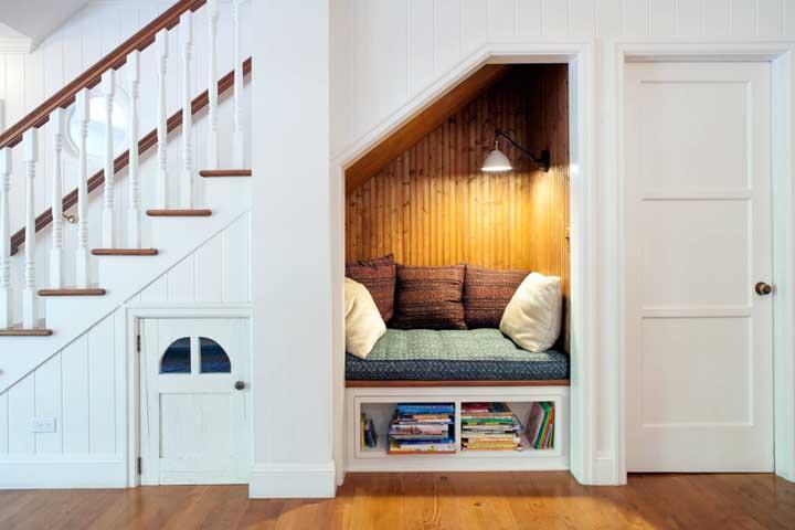 Aquele espaço embaixo da escada pode se transformar em um ótimo cantinho da leitura