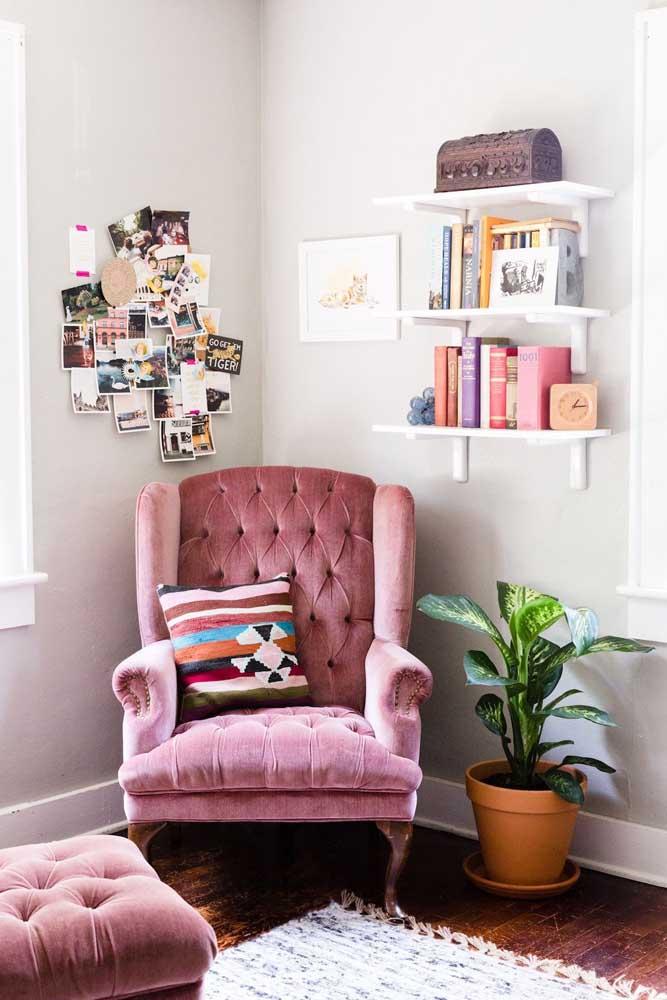 Livros, fotos, planta e uma poltrona estilo vitoriano para deixar o cantinho da leitura completo