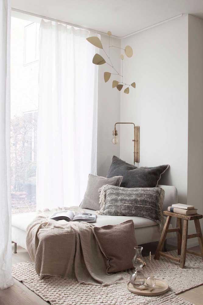 O recamier colocado ao lado da janela é o refúgio perfeito para aquele momento de paz e tranquilidade junto aos livros