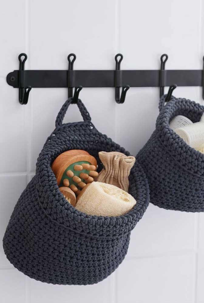 O cesto de crochê é perfeito para colocar alguns utensílios do banheiro e deixá-lo pendurado para facilitar o acesso.