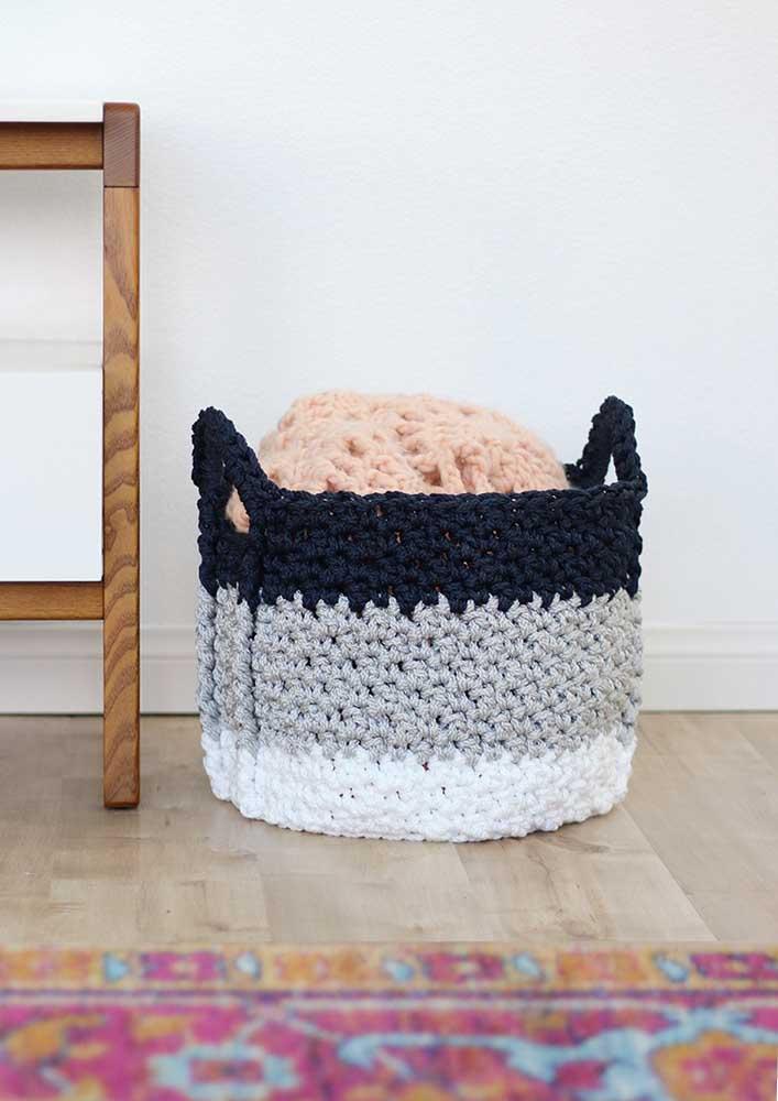 Para fazer um cesto de crochê, o ideal é fazer camadas de cores diferentes para destacá-lo.