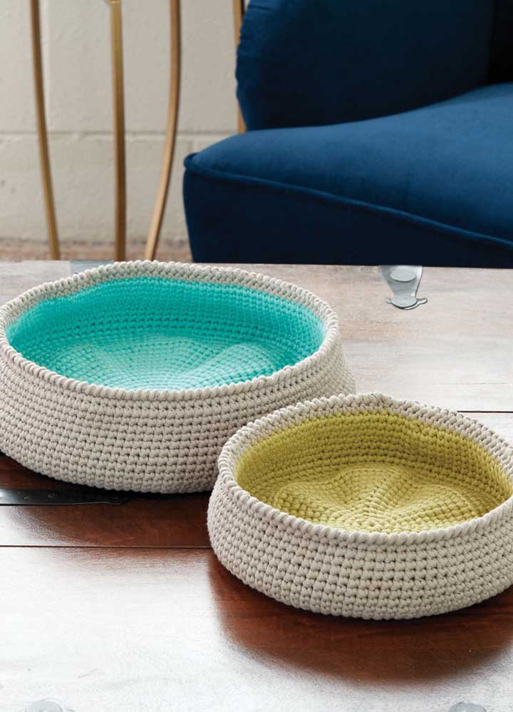 Uma boa opção é fazer o forro do cesto também de crochê, mas usando uma cor de linha diferente.