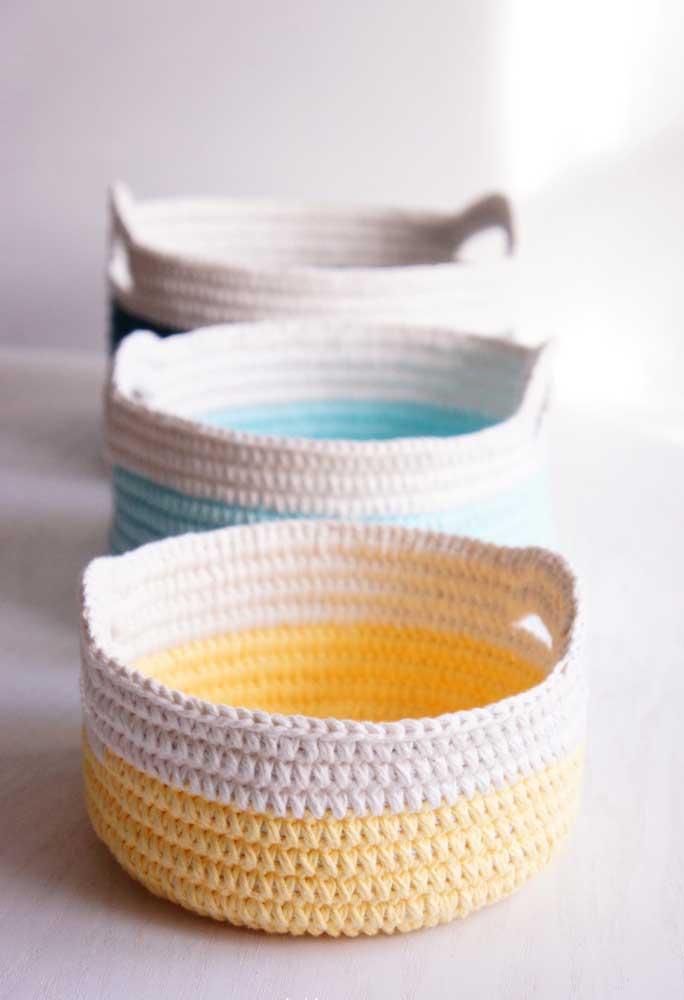 Para fazer um cesto de crochê, o mais indicado é usar linhas mais resistentes que deixam o objeto mais seguro.