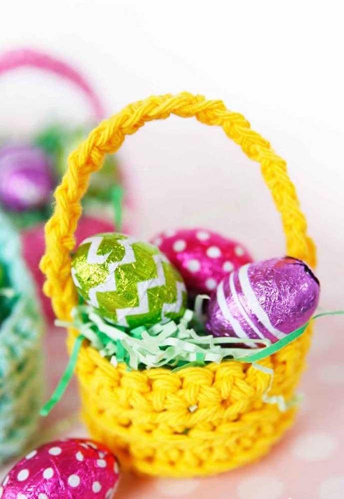 Com a chegada da Páscoa, você pode inovar na entrega dos ovos fazendo cestos de crochê.