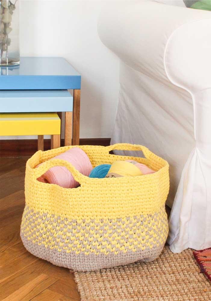 Que tal fazer um cesto bem grande para colocar todas as suas linhas de crochê dentro?