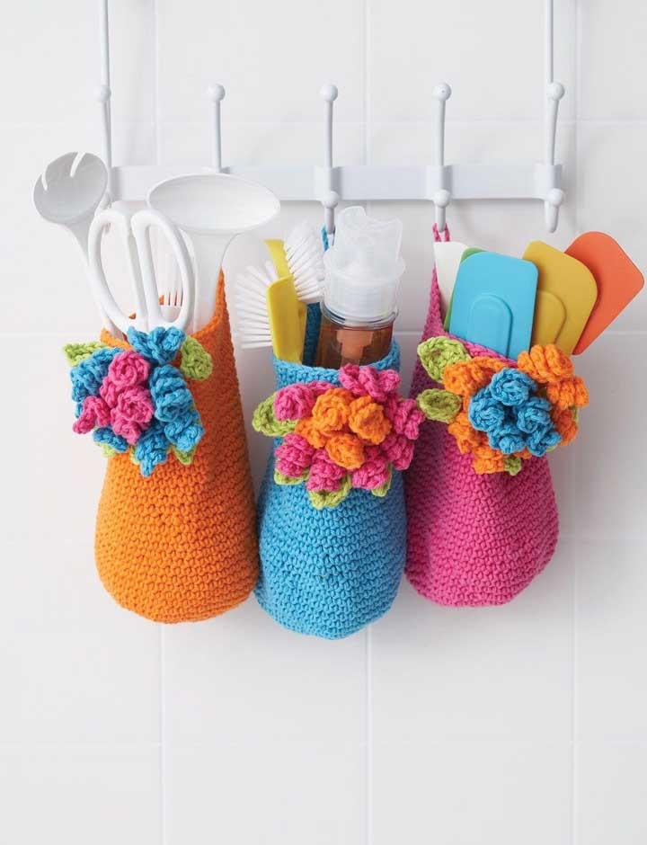 Olha como ficaram lindos esses cestos feitos de crochê. Eles ficam perfeitos para colocar seus utensílios da cozinha.