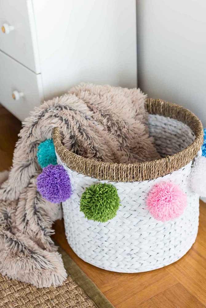 Ao invés de fazer um cesto simples, coloque alguns detalhes chamativos como esses pompons.
