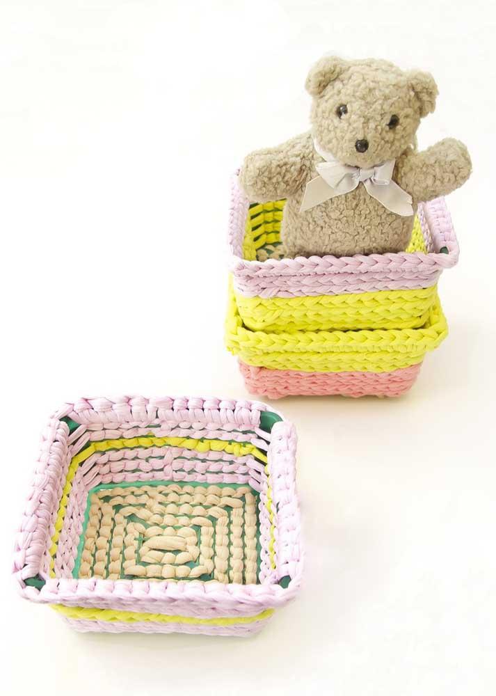 Que tal preparar alguns cestos coloridos para organizar os brinquedos das crianças?