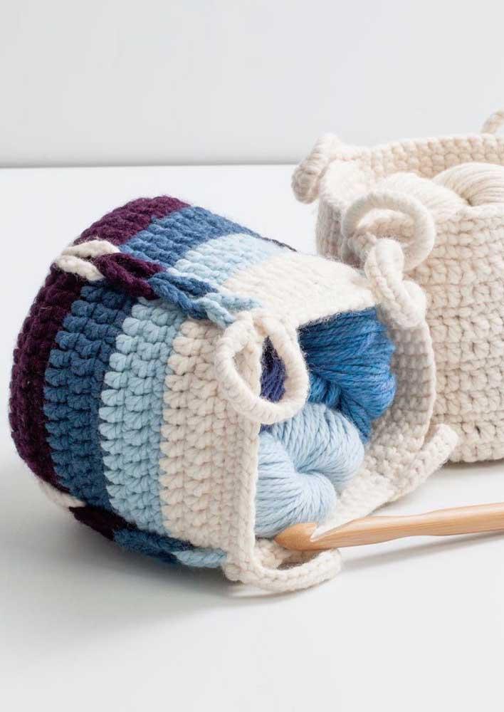 O cesto de crochê era muito usado nos tempos das avós e continua sendo tendência ainda nos dias de hoje.
