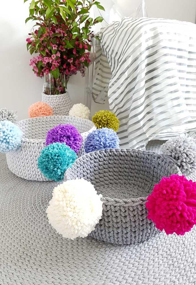 Mais pompons para enfeitar os cestos de crochê. Prefira usar cores diferentes para ficar bem chamativo.