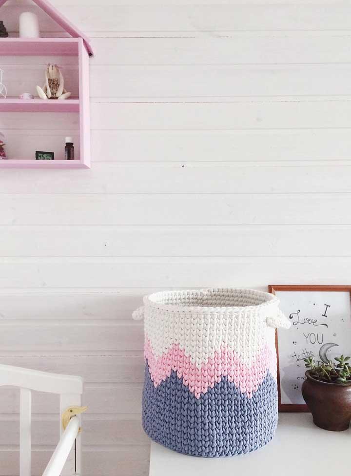 Na hora de escolher as cores das linhas do cesto de crochê, use algo que combine com o restante da decoração.