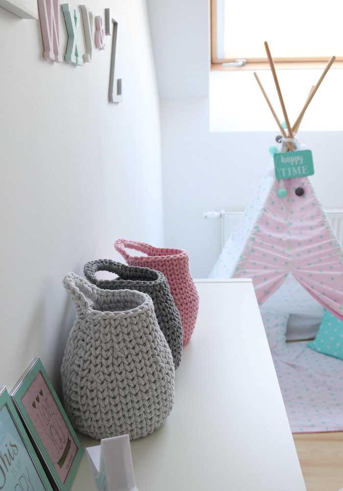 Mas se preferir, você pode usar um cesto de cada cor. O resultado é uma decoração bem harmoniosa.