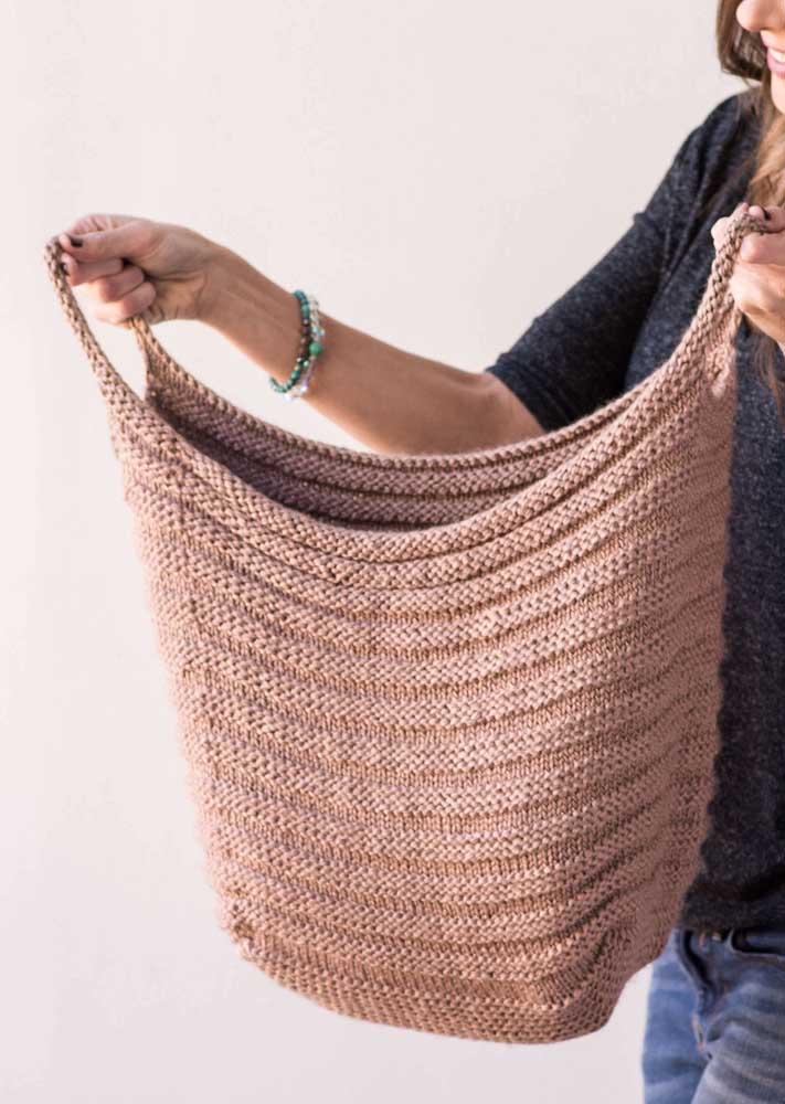 O cesto de crochê pode ter o formato de uma bolsa para colocar todos os seus pertences em um mesmo lugar.
