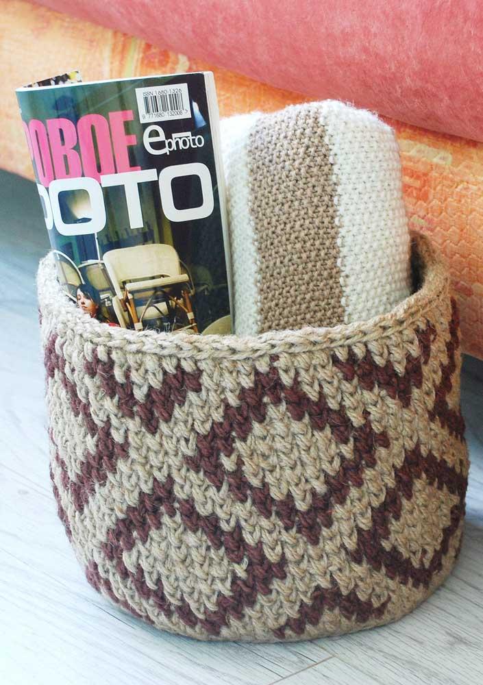 A cor marrom combina muito bem com tons mais claros. Portanto, na hora de fazer o seu cesto de crochê, faça essa combinação de cores.