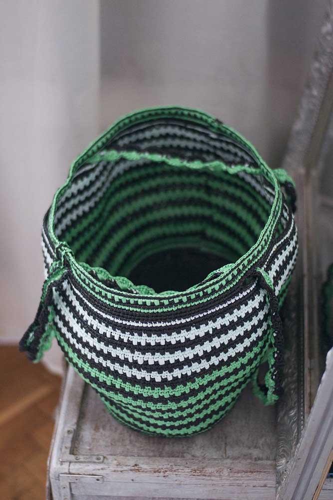 Dá para fazer o cesto de crochê no formato de vaso. A opção é perfeita para colocar materiais de jardim.