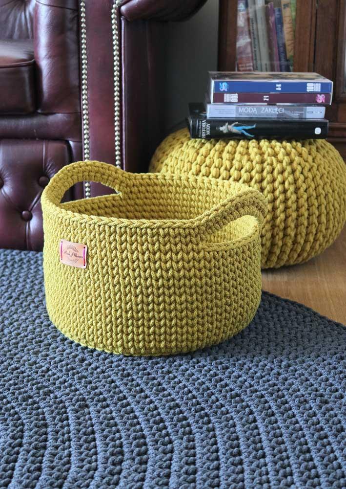 Que tal fazer um cesto de crochê com alças? Fica mais fácil carregá-lo para onde você quiser.