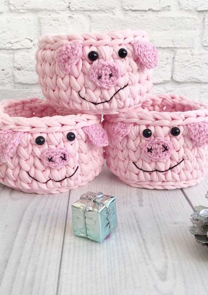 Olha como ficou fofo esse cesto com a carinha do porquinho. Para fazer isso é bem simples, já que você só precisa de botões e algumas linhas de espessura e cor diferente.