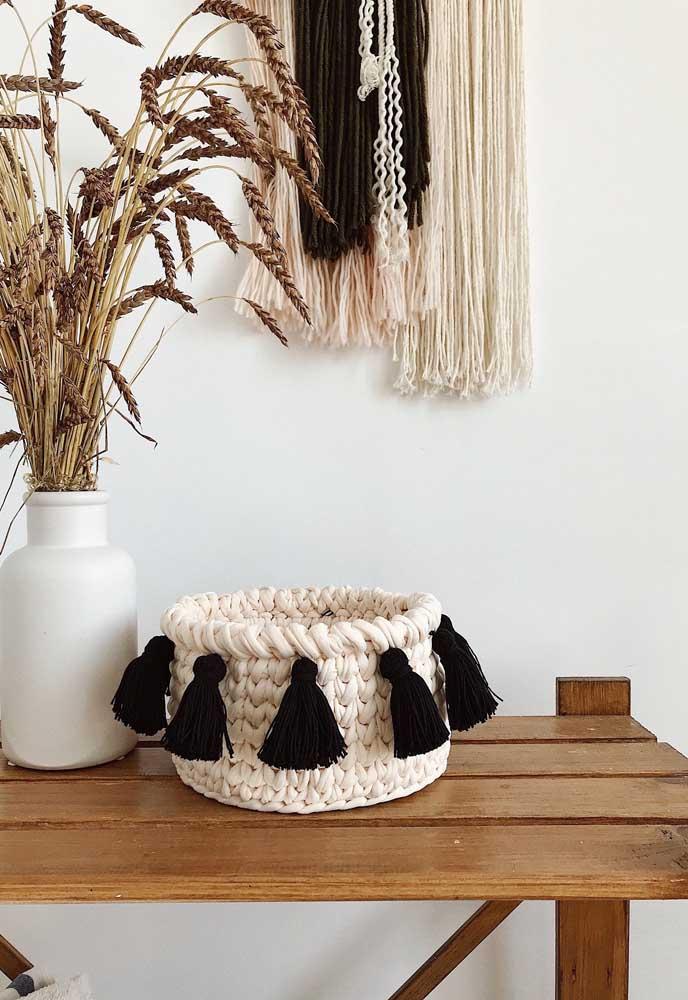 Coloque alguns enfeites no cesto de crochê para deixá-lo combinando com o restante da decoração.