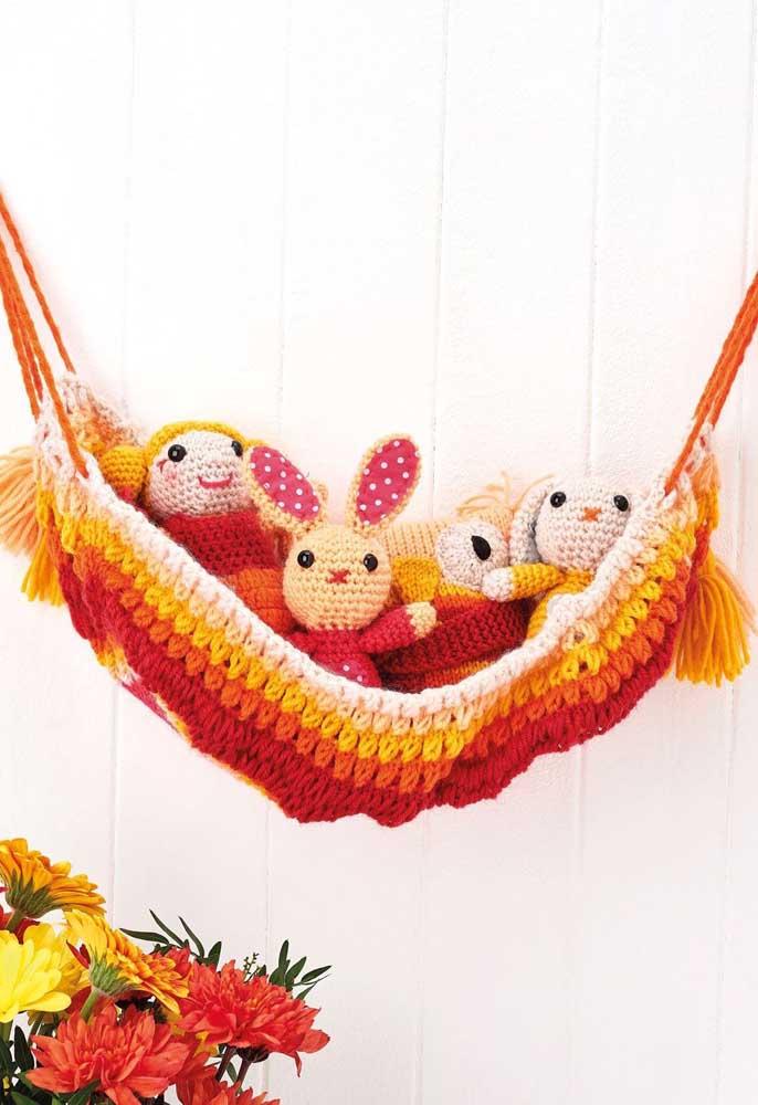 O que acha de fazer um cesto de crochê diferente? Aposte no formato de rede para colocar os brinquedos das crianças.