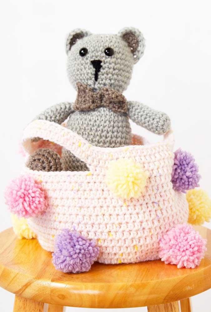 O cesto de crochê combina perfeitamente com o ursinho feito de crochê e pode ser usado para guardá-lo.