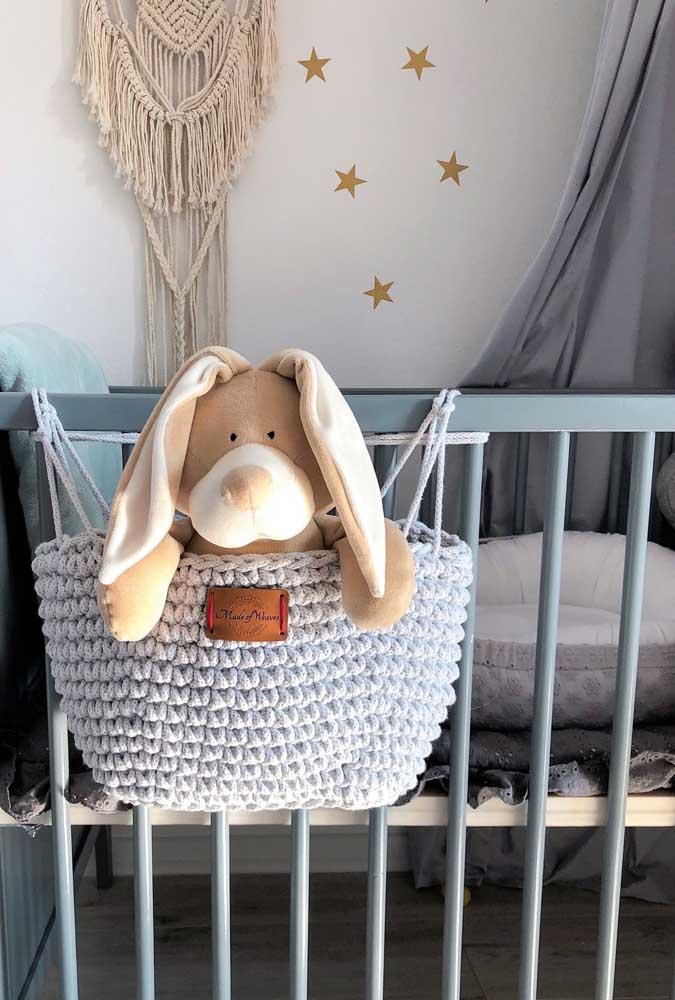 O que acha de fazer a caminha para o bichinho dormir? Prepare um cesto de crochê e coloque pendurado na beirada da cama.