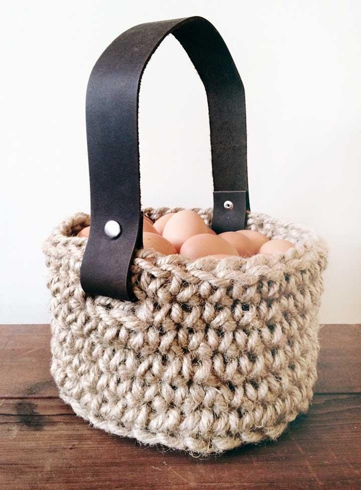 Olha que ideia incrível. Fazer um cesto de crochê para colocar os ovos. O detalhe da alça de couro deixou o objeto mais charmoso.