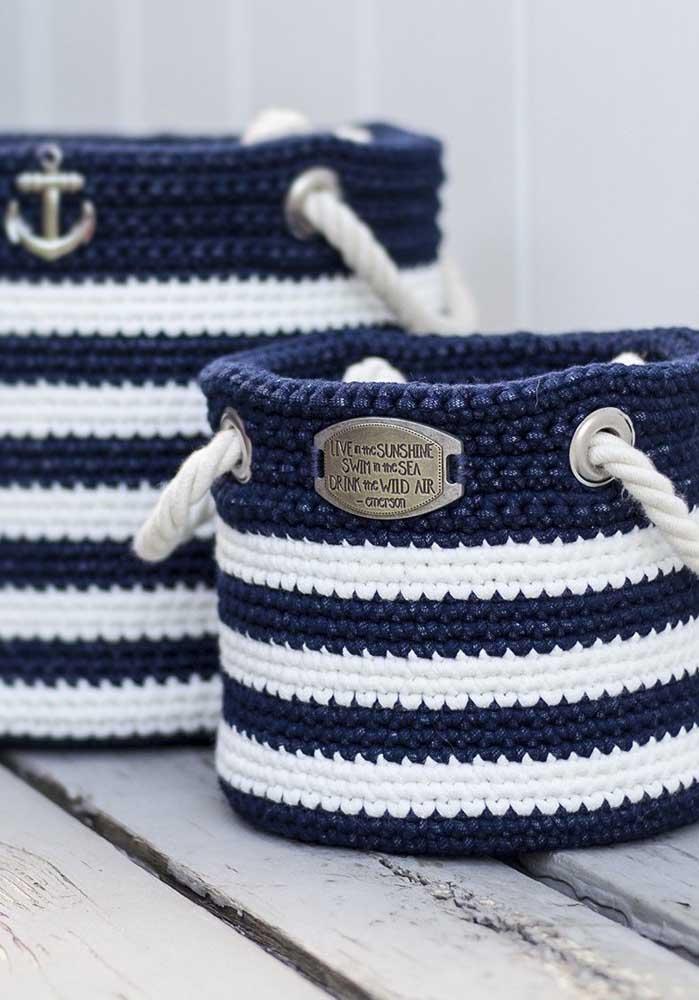As linhas nas cores branca e azul escura são perfeitas para fazer um cesto no estilo marinheiro.