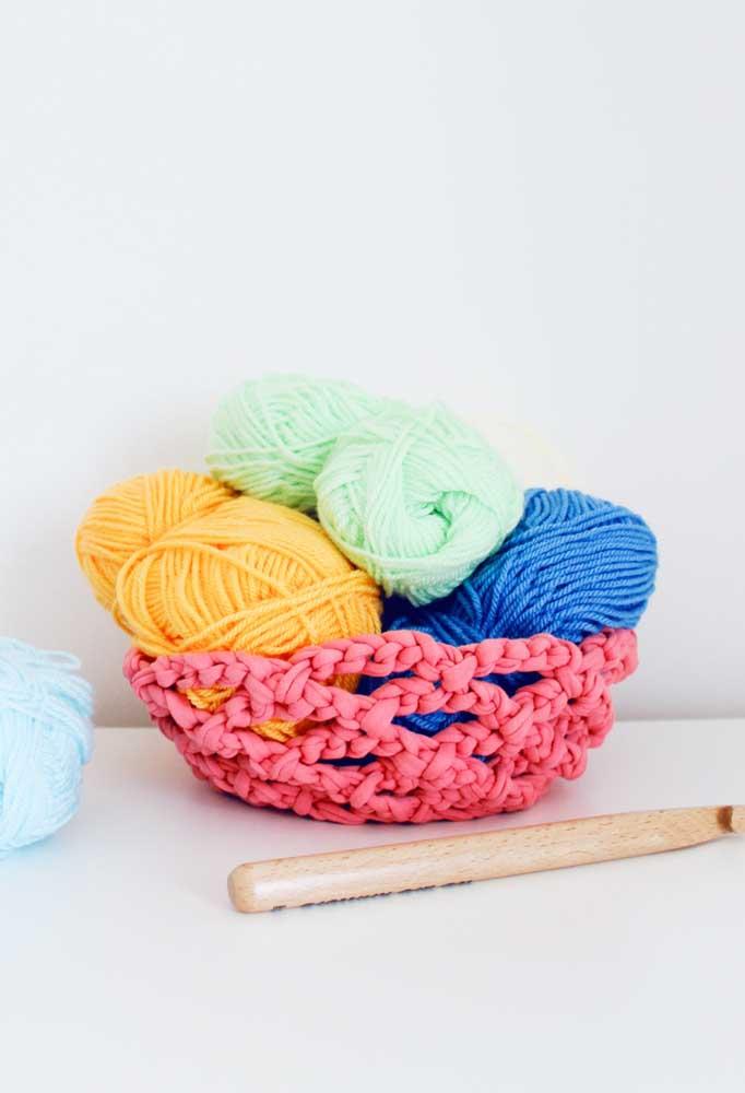 Você pode fazer um cesto usando tecidos como se fosse linha de crochê. O resultado é algo surpreendente.