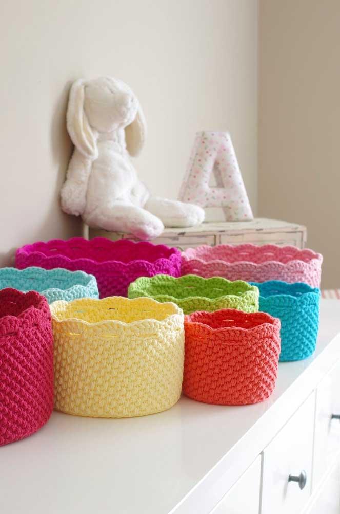 Use e abuse dos cestos de crochê para decorar o quarto das crianças, mas use um modelo de cada cor.