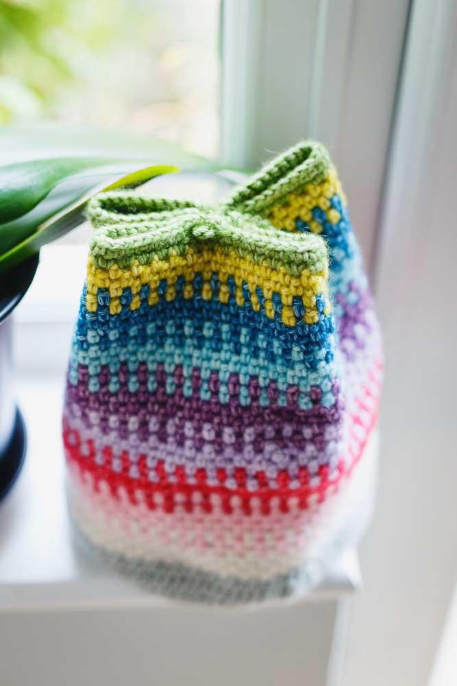 Faça um cesto de crochê com fecho para deixar seus objetos mais organizados.