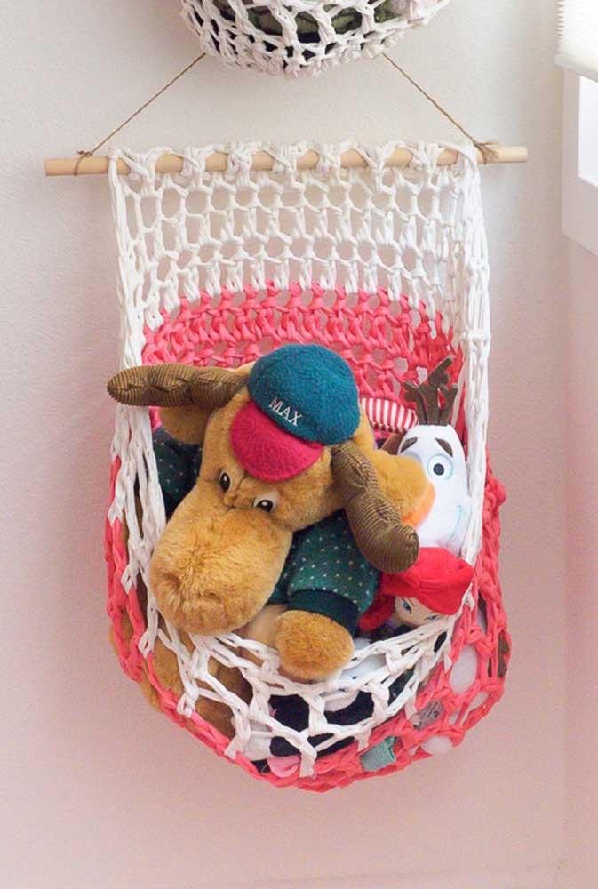Faça um cesto de crochê mais simples e pendure no quarto das crianças. Aproveite para usá-lo para organizar os brinquedos.