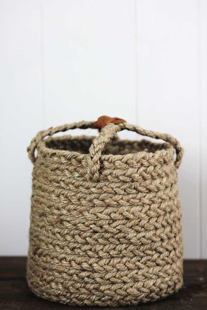 Que tal aproveitar cordas ou fios reciclados para fazer um cesto? O resultado é um objeto mais rústico.