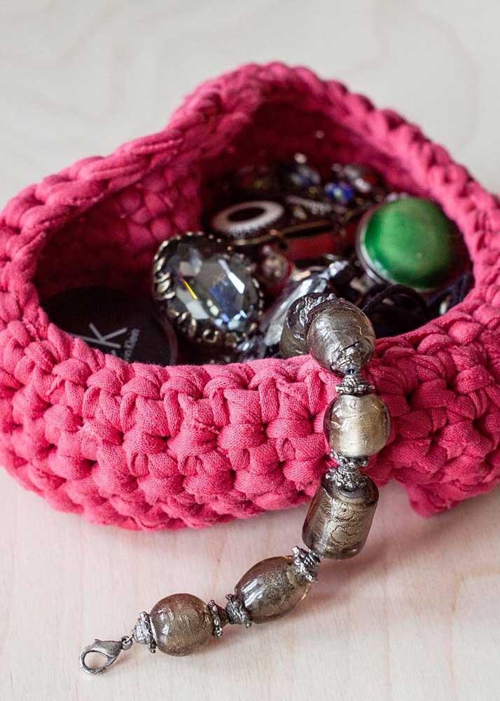 O cesto de crochê pode ser usado de diferentes formas. Uma das mais usadas é para guardar as joias para não deixá-las espalhadas no armário.