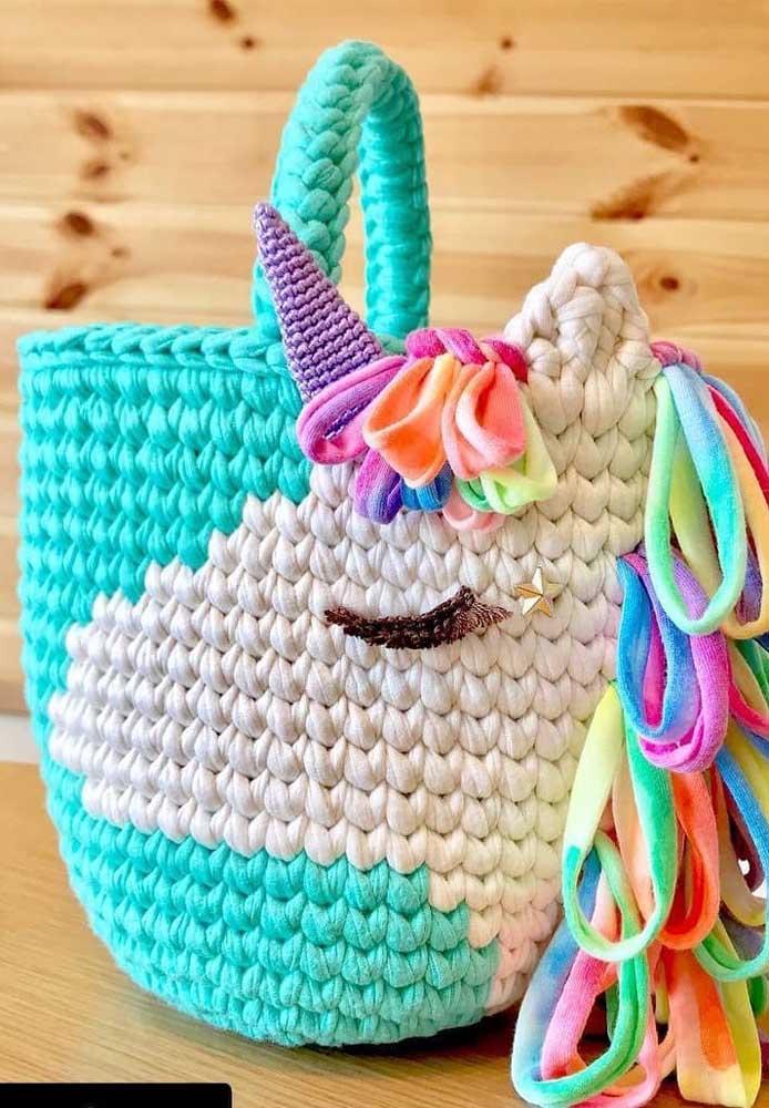 Quer uma bolsa de praia diferente? Aposte no modelo feito de crochê com alças.