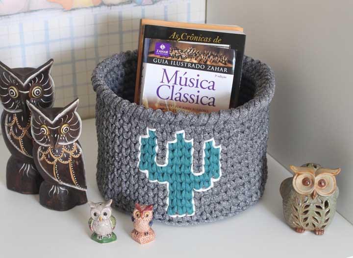 Use cesto de crochê para organizar seus livros ou os objetos que ficam espalhados na sala da casa.