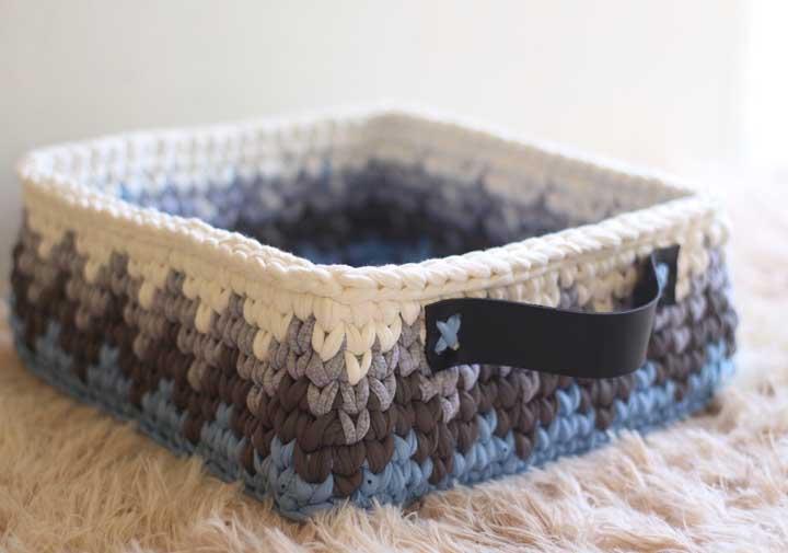 O cesto de crochê pode ser algo bem simples, mas se você colocar um detalhe diferente, o objeto fica bastante estiloso.