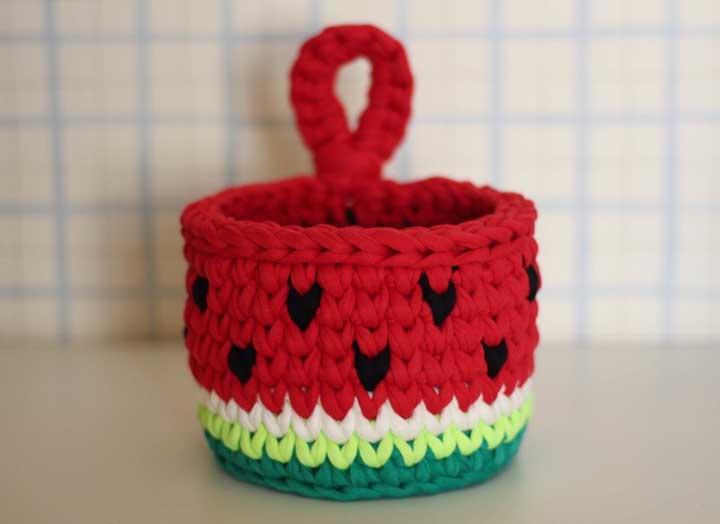 Uma das opções mais usadas na hora de fazer um cesto de crochê é usar formato de frutas ou animais.