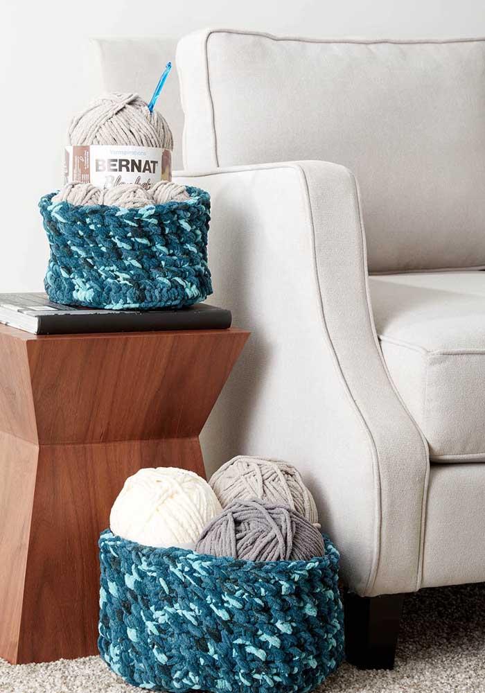 Nada melhor do que usar o cesto de crochê para guardar os seus tubos de linha, pois fica mais organizado.