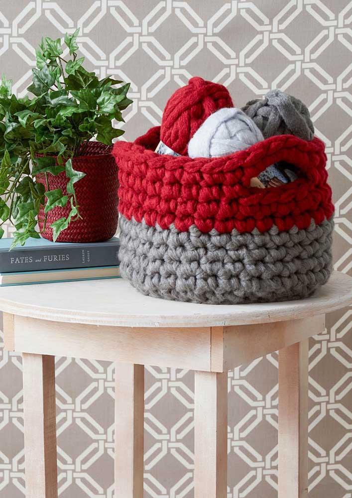 Nesse caso, as cores do cesto de crochê combinam com as cores das linhas que estão dentro.