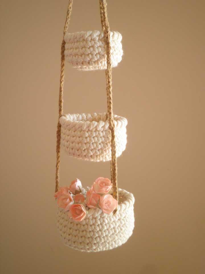 Ao invés de fazer apenas um cesto de crochê, faça três como esse modelo que ficou lindo.