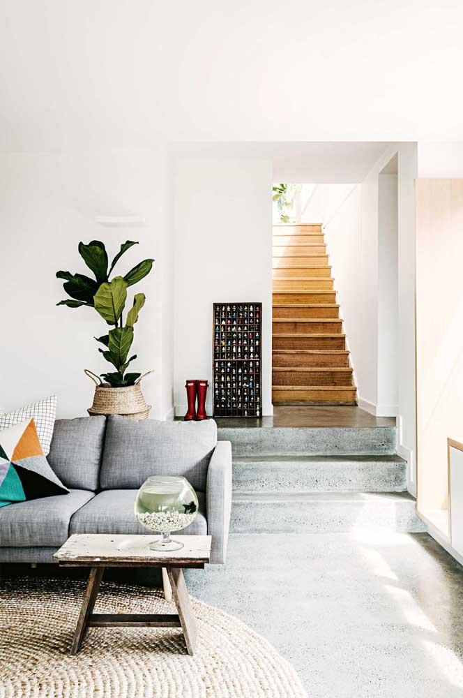 O cimento queimado é uma ótima opção de acabamento para as casas. O mais interessante é que você pode usá-lo em uma parede, no piso e até na escada.