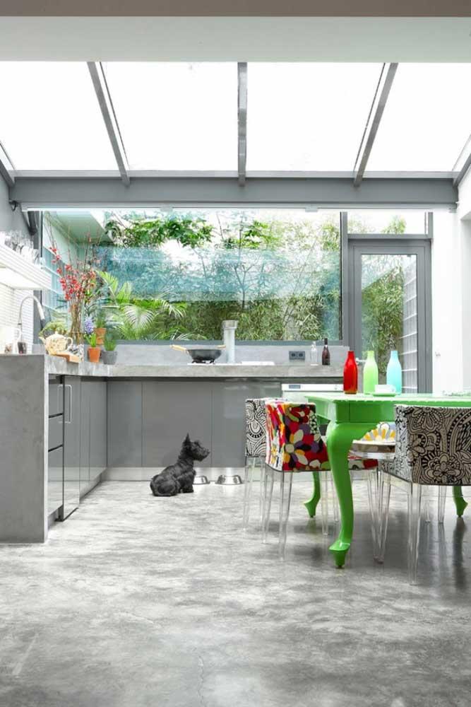 Se você quer deixar a sua casa com uma aparência mais industrial, use o cimento queimado no piso ou na parede.